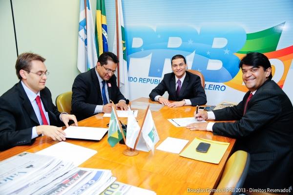02_09_13__destaque01_df_marcos_pereira_abona_filiacoes_em_brasilia.01