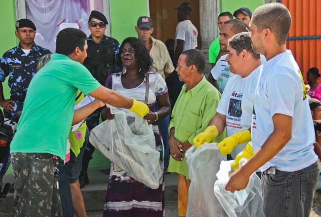 05_04_13_destaque03_tres_toneladas_de_sementes_de_milho_e_feijao_para_agricultores_interna