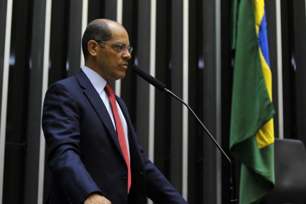 Vitor Paulo presta homenagem aos bombeiros em sessão na Câmara dos Deputados