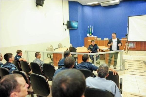 13_05_13_destaque05_ms_vereador_do_prb_discute_atividade_delegada_com_policiais