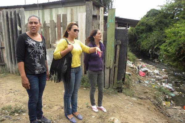 Séfora visita famílias que vivem em área de risco