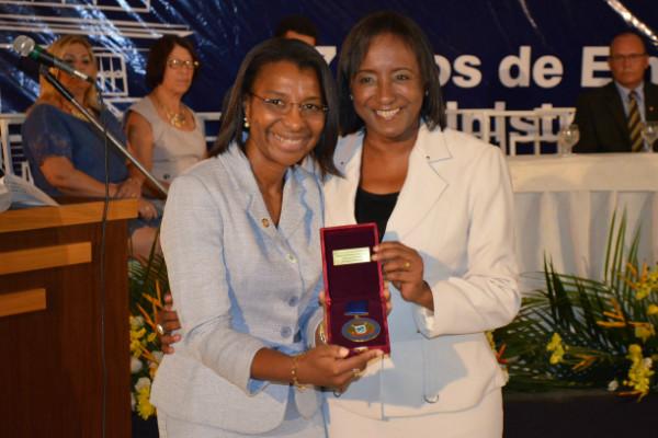 Rosangela Gomes é homenageada com medalha Padre Thomas Pieter
