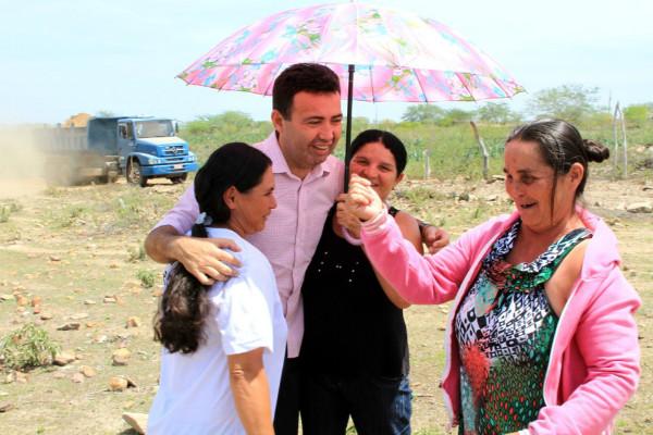 Prefeito Heleno Silva ajudou carentes em Canindé de São Francisco (SE)