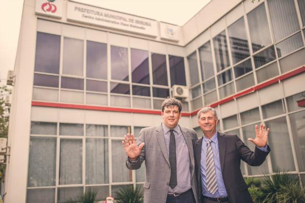 Ao lado do vice-prefeito, Alberi Behnen, no momento que assumira o mandato
