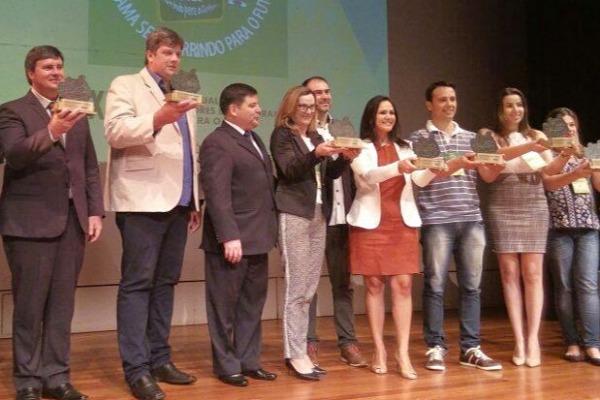 Abel Grave recebe troféu por investimento na saúde bucal das crianças