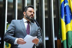 Alan Rick defende redução de custos de remessas de divisas a brasileiros que estudam no exterior