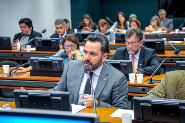 Projeto que propõe redução do preço dos combustíveis no Acre é aprovado em comissão