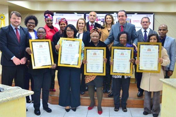 Aldinei Poteleki homenageia às mulheres negras em Criciúma