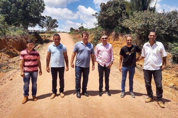 Alex Silva visita obras de estradas no município do Vale do Anari