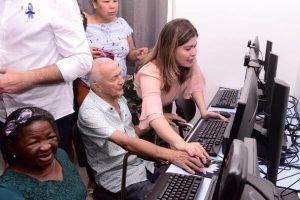 Aline Gurgel prestigia adesão ao programa de inclusão digital para idosos