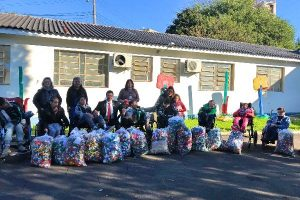 Alvoni Medina doa tampas plásticas a entidades que cuidam de pessoas com deficiência