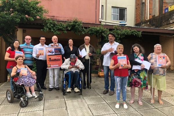 Alvoni Medina distribui Cartilha do Idoso em braille