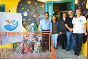 Alvoni Medina doa tampas plásticas a entidade que cuida de adolescentes