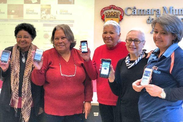 Oficina ensina idosos a usarem smartphones em Porto Alegre