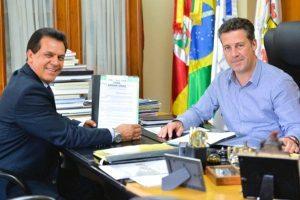 Câmara de Porto Alegre promulga lei de Alvoni Medina que garante proteção aos idosos