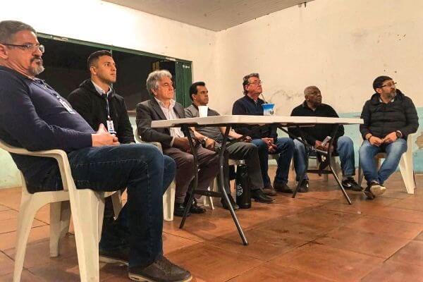 Alvoni Medina ouve reivindicações de moradores de bairro em Porto Alegre