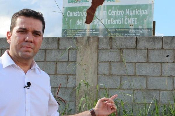 Alysson Lima vistoria obras abandonadas em Goiânia