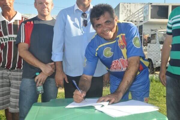 Arnóbio Pinheiro assina convênio para construção de arquibancada no estádio municipal