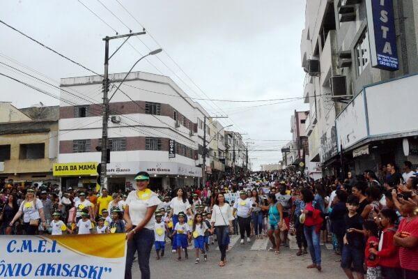 Desfile cívico movimenta cidade de Pinheiros (ES)