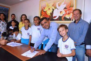 Pinheiros: prefeito assina ordem de serviço para construção de quadra