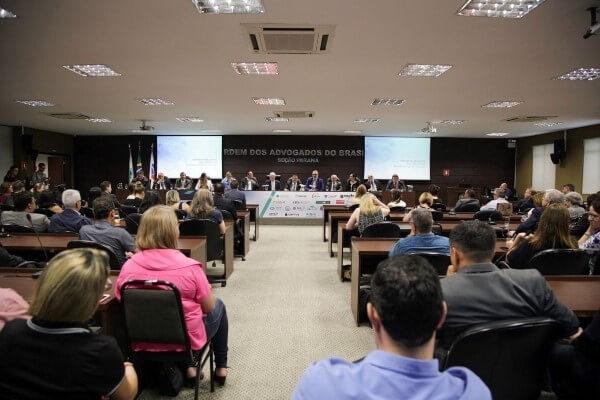 Aroldo Martins debate legalidade da atuação dos conselhos profissionais