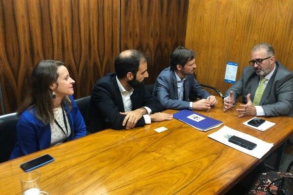 Aroldo Martins debate legalização fundiária com representantes de ONG