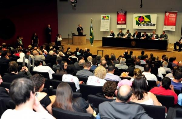 Carlos Gomes defende que União repasse 10% da receita bruta para a saúde