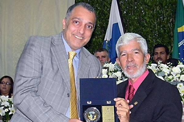 Deputado Carlos Macedo é homenageado com medalha na Câmara de São Pedro da Aldeia