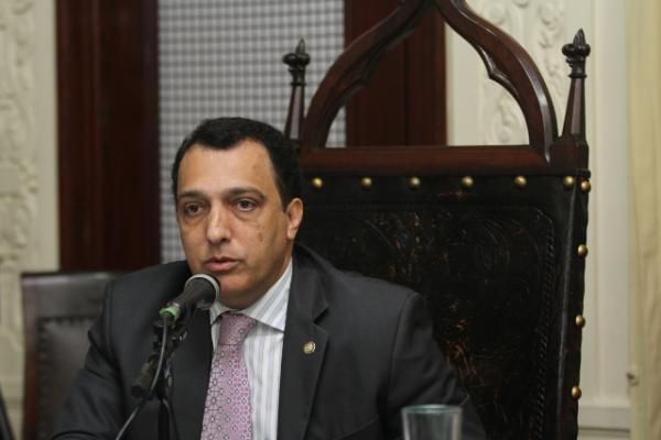 Carlos Macedo defende a punição dos municípios que descumprirem o piso nacional da educação básica