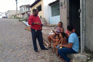 Vereador Carlos Tijuaçu vista bairro e acolhe demandas dos moradores
