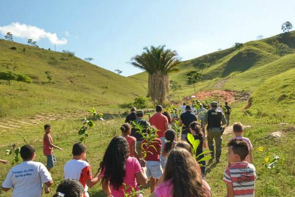 Em uma das atividades do evento, os estudantes plantaram várias mudas em uma nascente