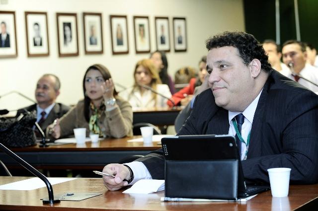 consultor-do-prb-dr-paulo-fernando-da-palestra-sobre-o uso-da-internet-antes-e-durante-as-eleicoes-07-05-2012-01