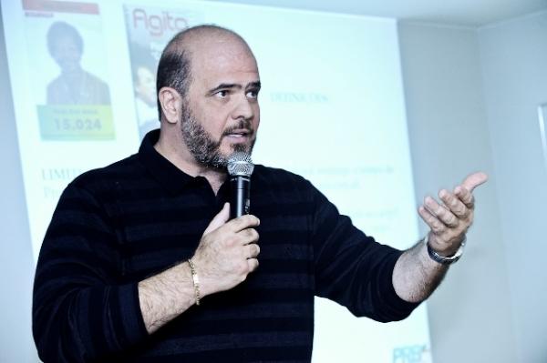 consultor-do-prb-dr-paulo-fernando-da-palestra-sobre-o uso-da-internet-antes-e-durante-as-eleicoes-07-05-2012-03