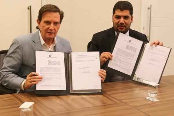 Crivella e ministro da Indústria assinam acordo que reduz custos de obras públicas