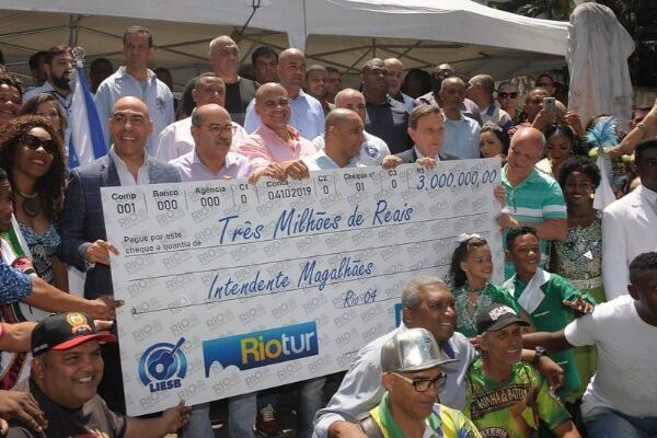 Crivella entrega cheque de R$ 3 milhões para escolas de samba