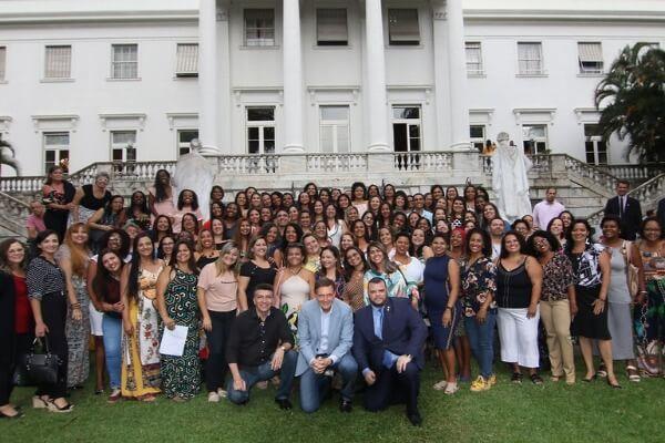 Crivella dá posse a 135 professores adjuntos de educação infantil