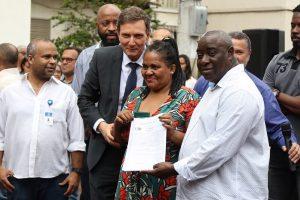 Crivella entrega documento da casa própria a mais 294 famílias em Triagem