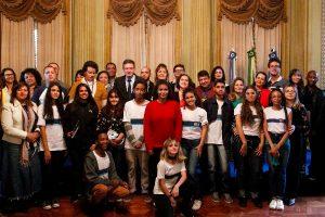Rock in Rio: Crivella entrega ingressos a vencedores de concurso de redação