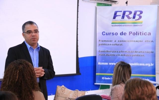 curso-politica-frb-alunos-idiomas-brasilia-paulo-cesar-oliveira-prb-foto-carlos-gonzaga-24-06-15-03