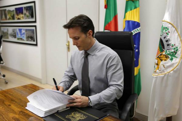 Daniel Guerra assina portarias de instauração de inquérito contra médicos faltantes