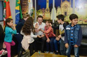 Daniel Guerra recebe filhos de servidores em ação alusiva ao Dia das Crianças