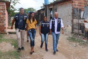 Denise Almeida visita moradores de comunidade em Olinda