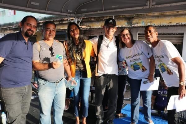 Denise Almeida prestigia desfile cívico em bairro de Olinda (PE)