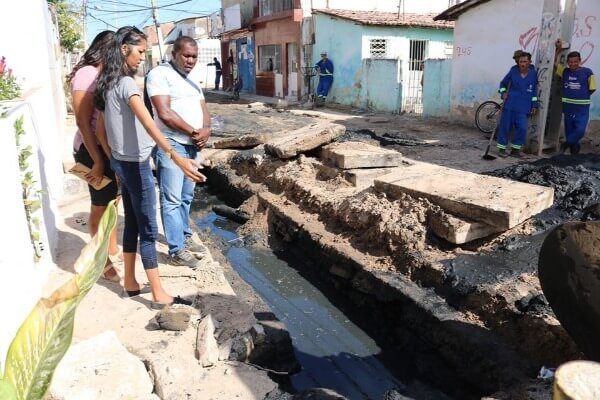 Denise Almeida acompanha trabalho de limpeza em ruas de Olinda