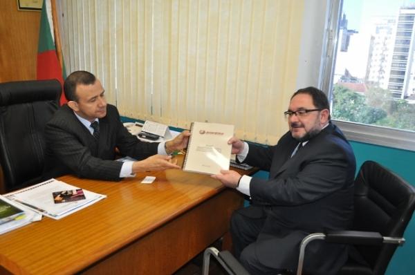 deputado-carlos-gomes-prb-recebe-dossie-contra-o-alcool-04-05-2012