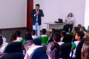 Devanir Ferreira palestra para estudantes sobre a preservação da água em Viana