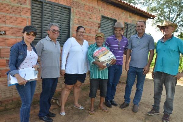 Prefeito Dr. Termosires Neto entrega cestas básicas para família da zona rural