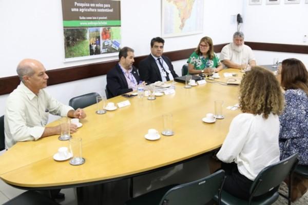 Eduardo Lopes discute soluções para a agropecuária no RJ com Embrapa Solos