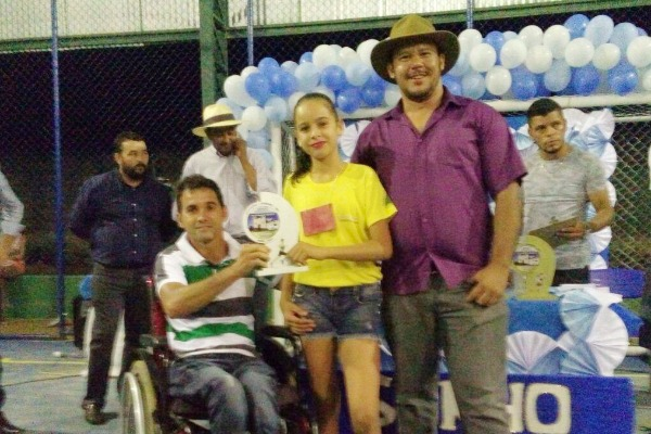 Prefeito Eduardo Rabelo entrega quadra de esportes reformada em escola na zona rural