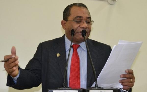 Eli Ribeiro denuncia situação precária em escolade Feira de Santana